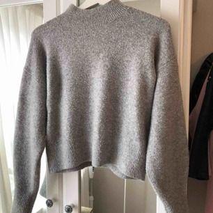 Grå stickad tröja från & other stories