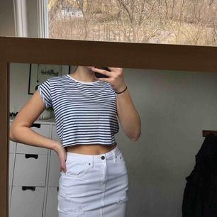 """Blå/vit randig tröja från bershka! Lite kortare modell än en """"vanlig"""" t-shirt."""