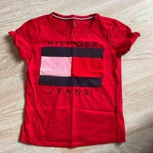 Säljer min fina röda Tommy Hilfiger t-shorts som jag fick av min faster som bor i USA! Superfin men kommer inte tillanvändning längre. Skulle säga att den passar både s och xs då den inte sitter så tight! ❤️