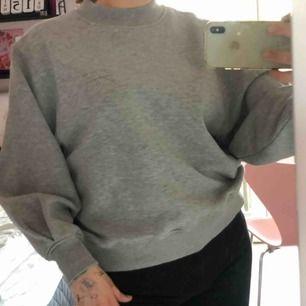Grå oversized tröja från Carin Wester🤍🖤 Liten krage, passar S-L😁