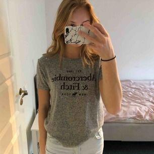 Tshirt från abercrombie & fitch i världens skönaste material. Köptes i new york för nåt år sedan, sällan använd.