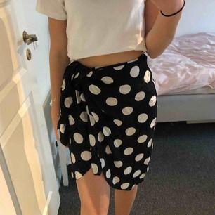 Prickig kjol från ett spanskt märke som heter lefties. Köptes för ca 250kr i somras, använd 2 ggr bara. Så fin och kan knytas på olika sätt!