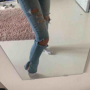Sjukt snygga jeans från abecrombie som jag har klippt egna slitsar på. Har även klippt av de så de är kortare tidigare va de längd 35 nu skulle ja säga att de sitter som en vanlig xs. Säljer pga lite korta på mig.