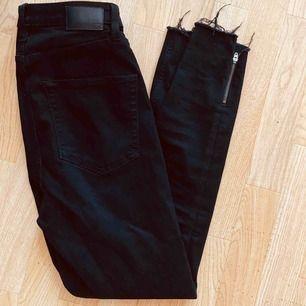 Jeans med dragkedja nertill, stl M.