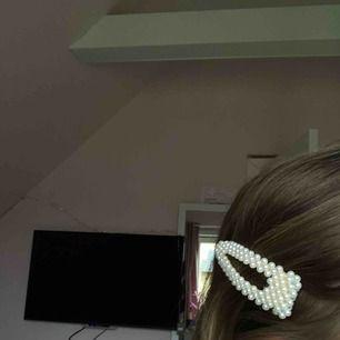 Fint hårspänne från NA-KD med pärlor på😁 Aldrig använt✨🤍
