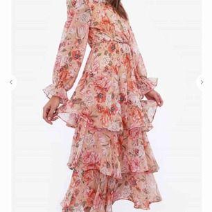 intressekoll på denna superfina klänningen från chiquelle! Köpt för att använda på bröllop i sommar som tyvärr vart inställt och för sent att lämna tillbaka!  ❤️🥺