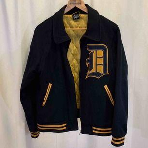 Vintage De Palma Los Angeles College Jacket. Storlek M, jackan är i mycket gott skick.  Kan hämtas i Uppsala eller skickas mot fraktkostnad.