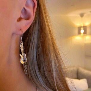 Har flera sånna här på lager! Dessa coola handgjorda örhängen. Har massa olika smycken som kommer upp snart🥰 frakt ca 11kr