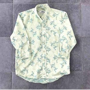 Silkes skjorta oversize kan passa s och en m  Från 2000 talet! Fint skick!  Frakt 42 kr 💜🦋