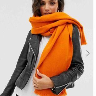 Halsduk i en härlig orange färg. Köparen står för frakten!
