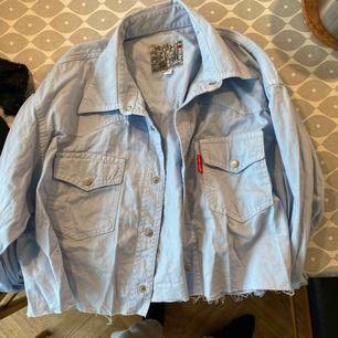 Säljer denna skjorta som är avklippta nedtill. Det står storlek M men skulle säga att den passar bättre för S.