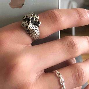 Superfin silver pläterad (yttre lager med äkta silver) ring i form av två leoparder! Silver pläteringen har slitits lite på baksidan av ringen, men det är inget som märks :). Superfin detalj till alla outfits! Köpare står för frakt ❤️.