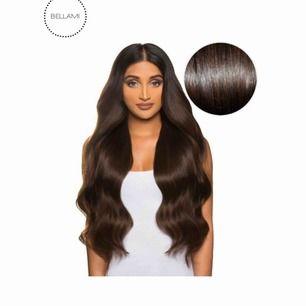 Hårförlängning av bellami. Magnifica dark Brown. 240g! Clip on. Endast använd 1 gång. Säljes pga att jag har bytt hårfärg. Denna hårförlängning är den bästa kvaliteten jag sätt! Och jag har haft många. Det är även den tjockaste med hela 240g!