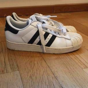 Äldre modell av Adidas Superstar. Använda max 5 gånger och ser i princip ut som nya. Frakt ingår ☀️