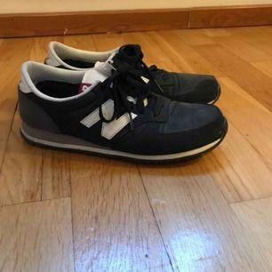 Supersnygga NewBalance skor i mörkgrönt. Använts ett fåtal gånger och ser ut som nya. Har stått i min garderob alldeles för länge och förtjänar ett nytt hem. Priset kan diskuteras och frakt ingår ☀️