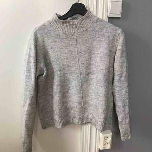 Fin grå mysig tröja, lite hög i halsen. Köpare står för frakten