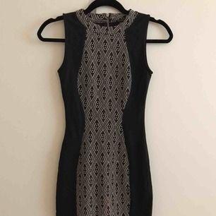 snygg klänning från hm, aldrig använd! Framhäver ens figur🖤Köparen står för frakt, skriv privat för fler frågor