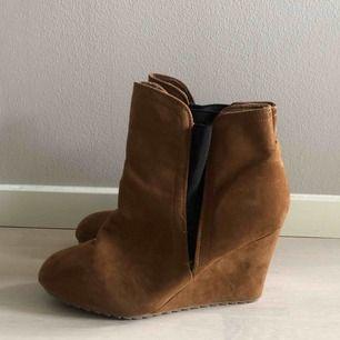 Supersnygga skor! Strl 42 står det på, men jag har i vanliga fall 39 o de e lite för stora för mig, så skulle säga 40-41!  Klacken är cirka 6 cm.   Hämtas hos mig på Kungsholmen eller skickas mot frakt på 79 kr 💌