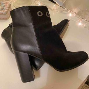Supersnygga high heel boots i storlek 39 med olika material som ger skorna dess unika utseende. Endast använd 2 gånger, som nya.