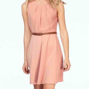 Vacker rosa klänning med bälte från Vero Moda Ny Skickas fraktfritt Betala med Klarna, Swish, Paypal eller Parson Mer info  https://nellasshop.com/products/bomullsklanning