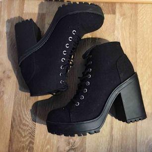 Helt nya och oanvända high heels boots i färgen svart, storlek 38.