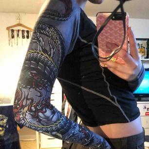 SKIT COOL långärmad tröja, frakt 42kr. Tröjan är i stretch vilket är nice, inte magtröja💙💙
