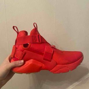 Nike air huarache city, köpt i New York. Rätt så sällsynta, har inte sett någon med dom här faktiskt, dom är använda några gånger, lite fläckar som jag kan tvätta bort. Kan gå ner i pris, köpta för 140 USD. Köparen står för frakt!❤️😁
