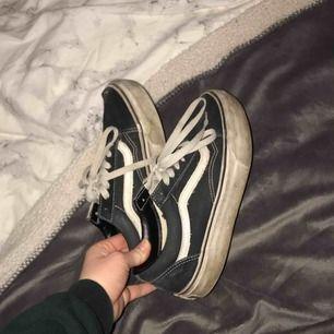 Ett par old school platå skor den vans. Väl använda och ett hål på tån tyvär därav priset. Dem är skitiga men går säkert att tvätta.💓💓 hålet går säkert också att sy ihop om man är duktig men har nya skor och inte orkat fixa det💗