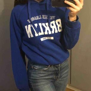 """Snygg hoodie från Gina! Används inte längre. Fint skick och fin blå färg. Står """"Femme league BRKLYN EST.1996"""" på hoodien. I bra skick. 😇 150kr med frakt inräknat i priset"""