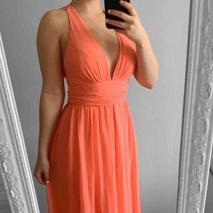 Lång rosa balklänning från Nly storlek 34, har inlägg. Fint skick.   Möts upp i Stockholm eller fraktar. Frakt kostar 63kr extra, postar med videobevis/bildbevis. Jag garanterar en snabb pålitlig affär!✨