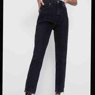 Säljer ett par snygga mom jeans från Zara. Köpta i somras och har använt dom 3 gånger. Passar sjukt bra till ett par sneakers. Kan mötas och även frakta men då tillkommer en fraktkostnad!! 💞💞💞