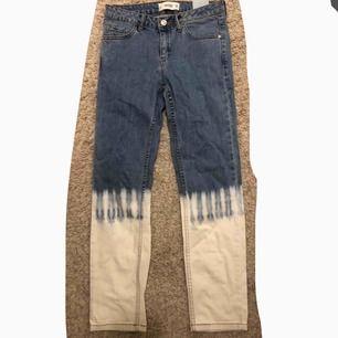 Säljer ett par coola straight mom jeans från Mango som passar sjukt bra till ett par coola sneakers. Dom är aldrig använda eftersom dom är för korta för mig så dom är ny skick!!💕