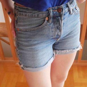 Ett par blåa jeans shorts som kanten är upp vikt på. Kanten går att vika ned ifall man vill👍🏻 Storlek XS dessa shorts är använda en del men i bra sick. Super sköna och snygga.