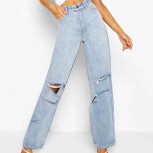 Säljer dessa populära jeansen från Boohoo. Helt oanvända med lapparna kvar!! Anledningen till att jag säljer dem är eftersom att de tyvärr var för stora..