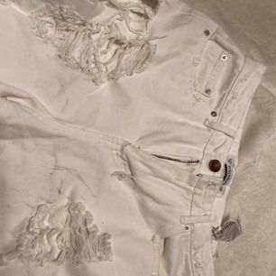 Jeans från pull and bear i bra skick men med några fläckar som man ser på bilderna.