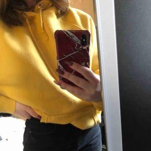 En senapsgul hoodie från bikbok. Lite oversized i storleken så passar även en M. Bra skick ,använt Max 3 gånger