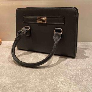 Säljer min helt oanvända handväska, de långa bandet kommer med, måtten är 25cm i bredd och 18cm i höjd, hyfsat rymlig🥰