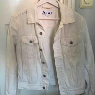 En vit jeans jacka i storlek M men är inte oversized och passar därmed S/xS