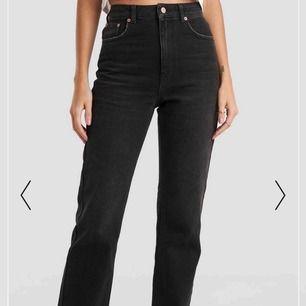 Ett par super fina svarta straight jeans från zara i bra skick. Pris kan diskuteras. Dom är i 36 men passar även mig som har 34 i jeans.