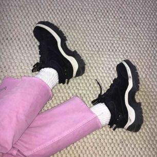 Coola chunky sneakers från märket Bullhead! Bra kvalitet, bra skick och bekväma:)  Passar mig perfekt och jag har strl 36 i t.ex. converse for reference:)