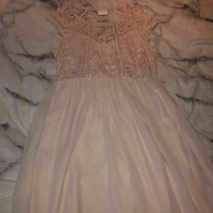 Fin rosa klänning från Vila storlek s! Använd max 2 gånger. Frakt 50kr