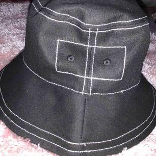 Ass ball och cool bucket hat 💞 vet inte vilket märke eller vart den är inköpt, vet bara att den är beställt och aldrig använd 💞