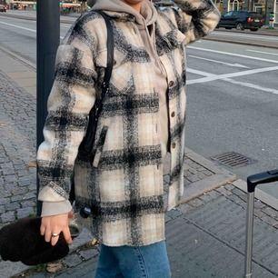 Jackan är i bra skick! Den är varm och skön och perfekt till våren! Ursprungs priset är 1300 Kr.