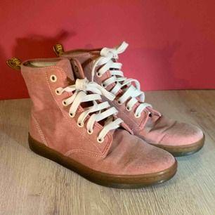 Dr Martens Airwair with bouncing soles. Storlek 37 , skorna är i mycket gott skick.  Kan hämtas i Uppsala eller skickas mot fraktkostnad.