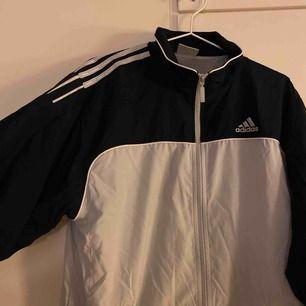 Skitsnygg jacka från Adidas, som inte kommer till användning längre. Jag använde den som oversize, så passar dem flesta beroende hur man vill att den ska sitta. Jag står för frakten✨