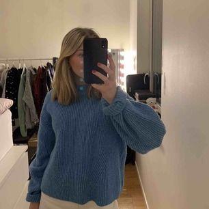 En blå mysig stickad tröja i fint skick som är fin nu till våren💓💓 säljer för att jag inte har någon användning av den längre!