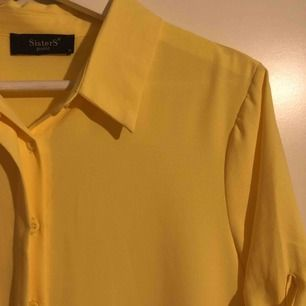 Jättefin gul klänning från sisters point!💛  XS men passar upp till M om man har liten byst! Köpt för 500kr