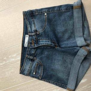 Säljer dessa helt oanvända shorts från Cubus. Sjukt fina men tyvärr passar jag inte i shorts. Frakt 63kr ✨