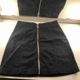 Kjol med dragkedja framtill, säljer då den inte används längre. Fraktar eller möts upp i Sthlm🖤🖤