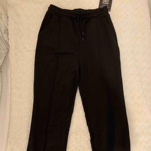 Riktigt snygga svarta kostymbyxor, helt nya! Från Nelly, storlek S. Säljer pga. för korta för mig (är 177cm). Nypris: 349kr! Köparen står för frakten!